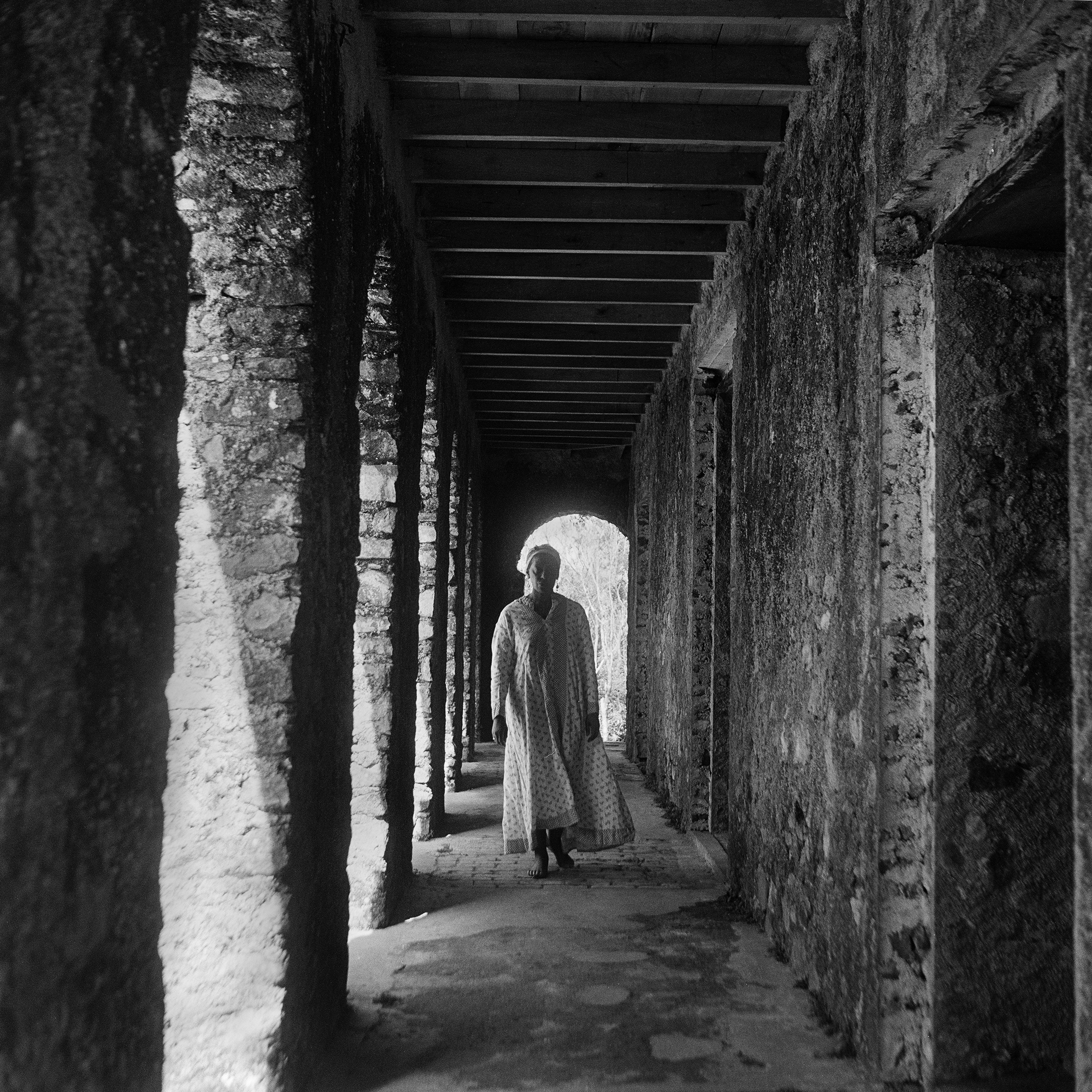 Galerie Barbara Thumm \ Carrie Mae Weems: Corridor #1 (Woman facing forward) (CMW-02-010) \ Corridor #1 (Woman facing forward) (2002)