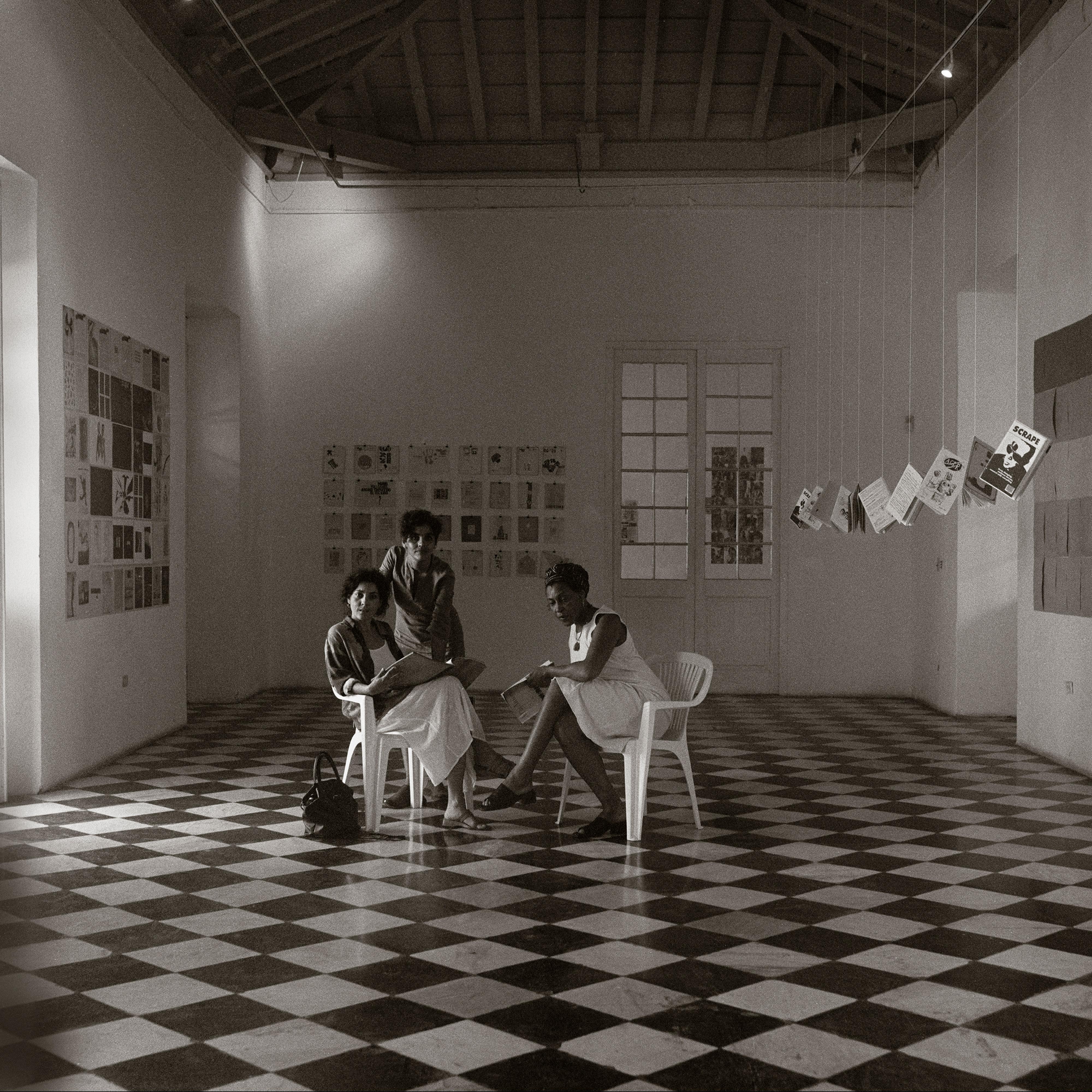 Galerie Barbara Thumm \ Carrie Mae Weems: Three gallery sitters (CMW-02-013) \ Three gallery sitters (2002)