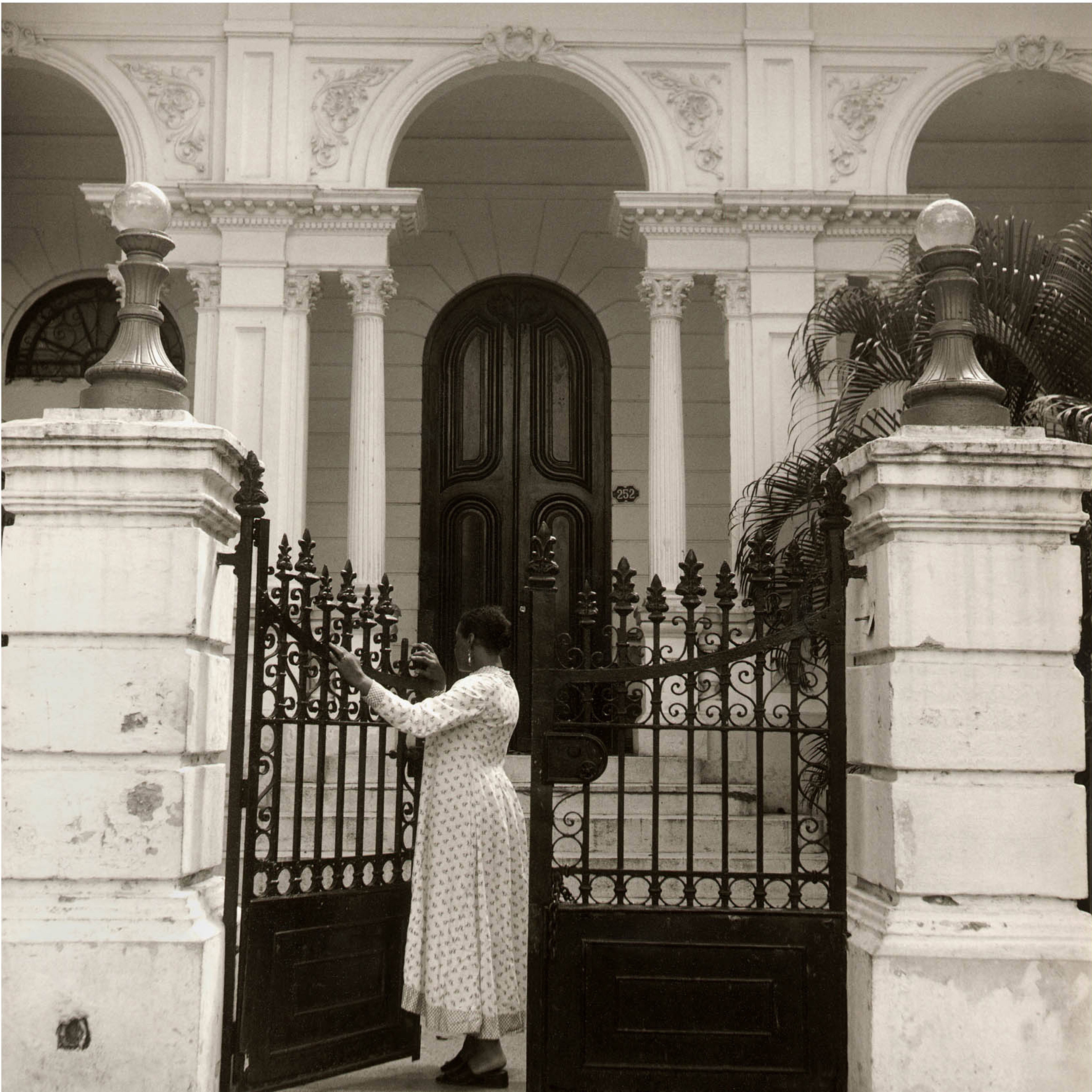 Galerie Barbara Thumm \ Carrie Mae Weems: Woman at Gate (CMW-02-009) \ Woman at Gate (2002)